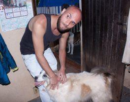 Renan fazendo amizade com o cão.